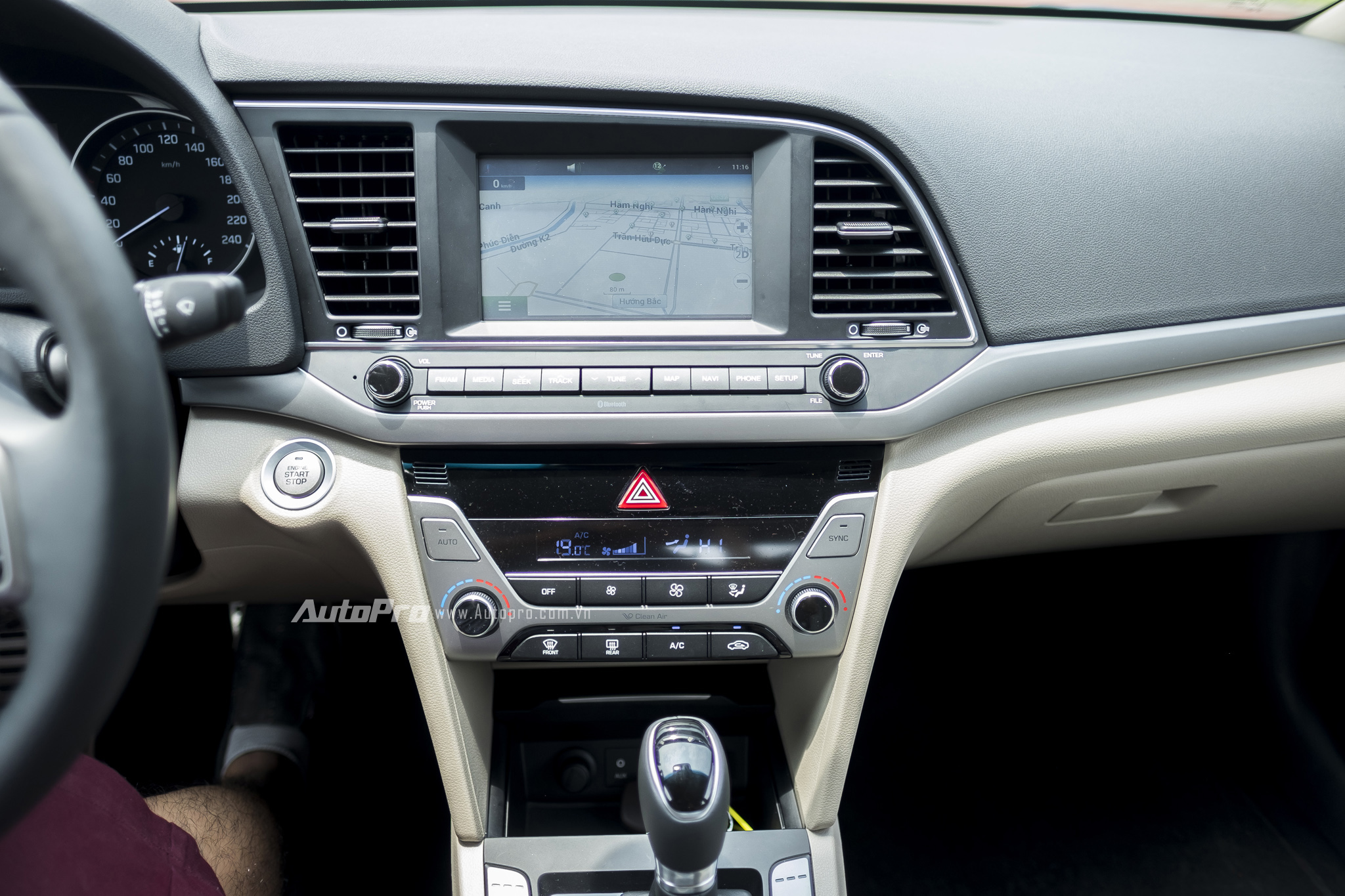Xe được trang bị màn hình 7 inch cảm ứng tích hợp camera lùi cùng bản đồ dẫn đường chính hãng dành riêng cho thị trường Việt Nam.