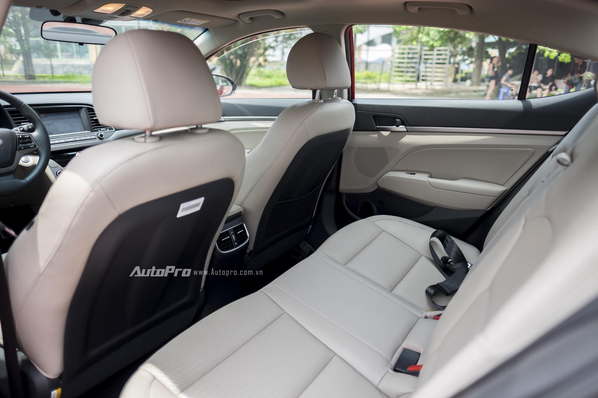 Về an toàn, Hyundai Elantra 2016 có hệ thống chống bó cứng phanh ABS, phân bố lực phanh điện tử EBD, hỗ trợ lực phanh khẩn cấp BA, cân bằng điện tử ESC, kiểm soát thân xe VSM, chống trộm Immobilizer, hỗ trợ khởi hành ngang dốc HAC, 8 cảm biến trước và sau cùng 6 túi khí.