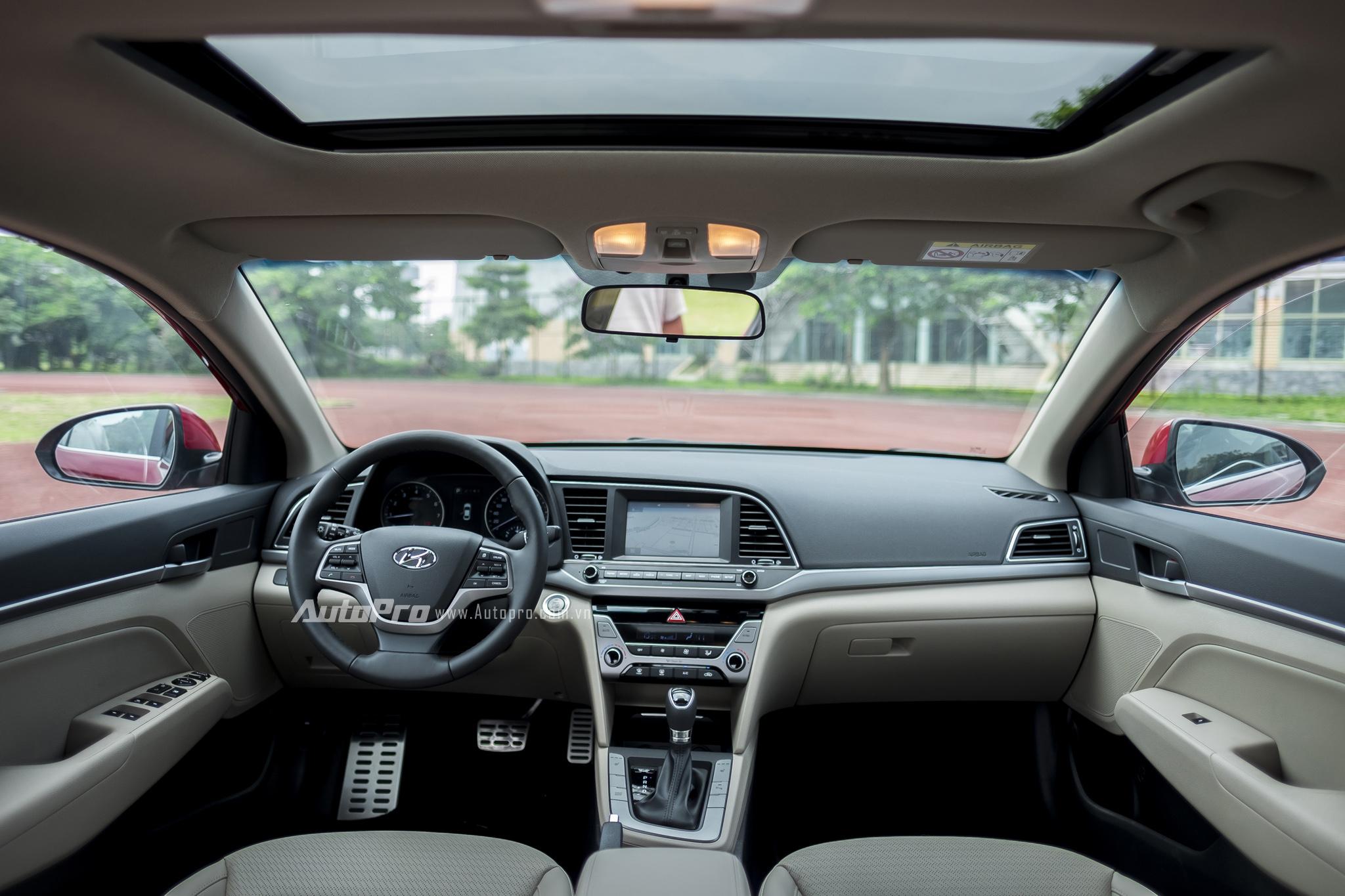 Nội thất của Hyundai Elantra 2016 được bọc da nhiều nơi, kết hợp cùng những chi tiết bằng kim loại. Nội thất tuân thủ theo triết lý thiết kế HMI (Human Machine Interface) của Hyundai với giao diện thân thiện và dễ sử dụng.