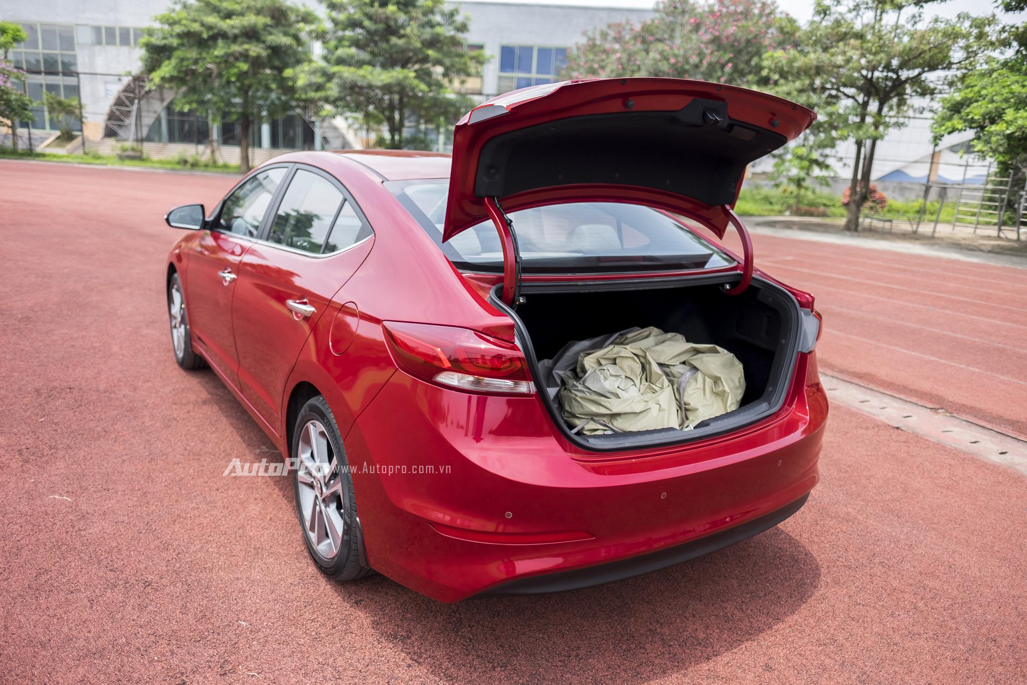 Cốp xe của Hyundai Elantra 2016 có thể điều khiển từ xa bằng chìa khoá.