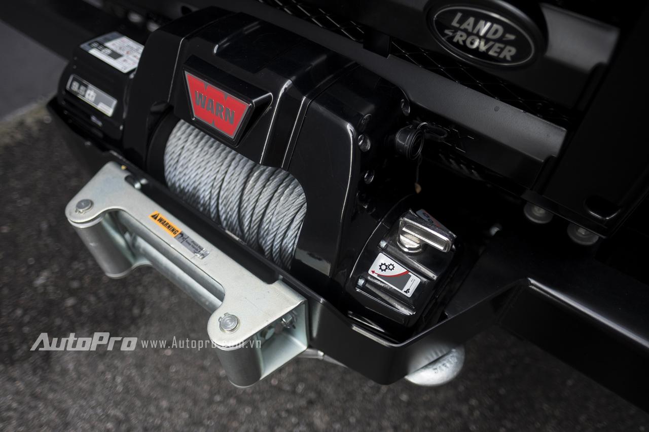 Phía trước đầu xe, Land Rover Defender 1948-2015 X-Spec Edition được trang bị một bộ tời kéo chạy điện. Đây là một bộ phận sẽ hỗ trợ tốt cho các lái xe khi phải chạy trên những cung đường offroad.