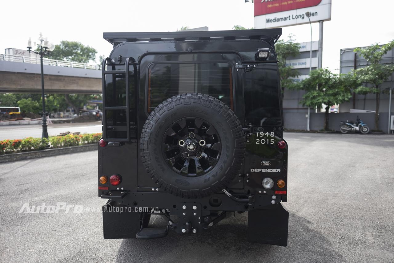 Nhìn từ phía sau, Land Rover Defender tạo cảm giác vuông vức. Xe còn được trang bị một lốp dự phòng phía sau.