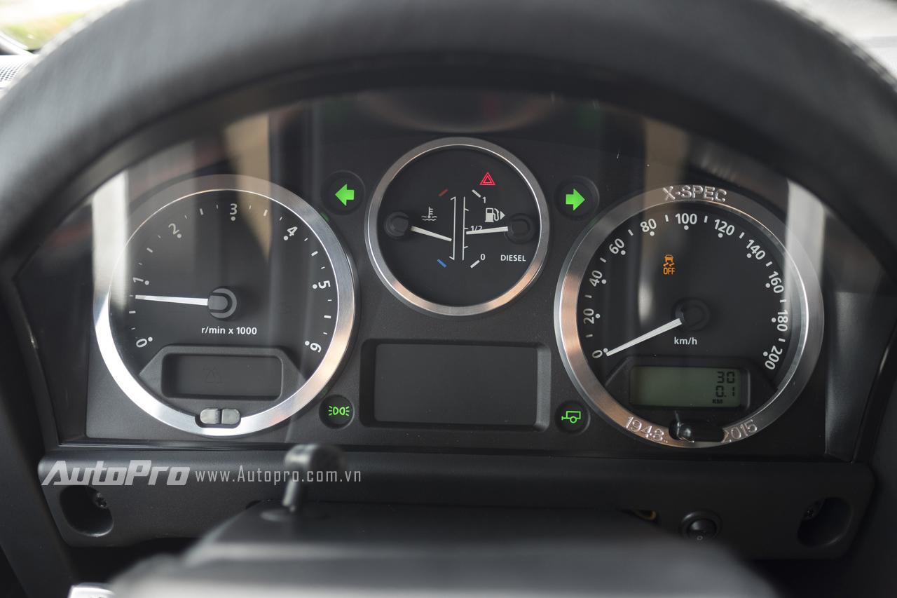 Bảng đồng hồ phía sau vô-lăng đơn giản với đồng hồ cơ và thêm 3 màn hình điện tử hiển thị thông tin.