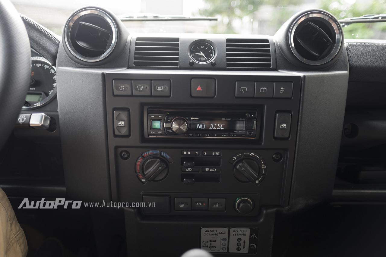 Để giúp người lái giải trí, Land Rover Defender 1948-2015 X-Spec Edition được trang bị thêm một đầu đĩa CD với kết nối Bluetooth.