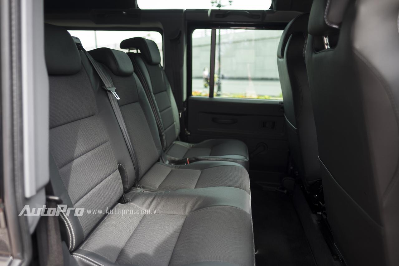 Hàng ghế sau với ba vị trí ngồi khá thoải mái. Hàng ghế thứ ba có thể gập sang hai bên để tăng thêm không gian chứa đồ cho xe.