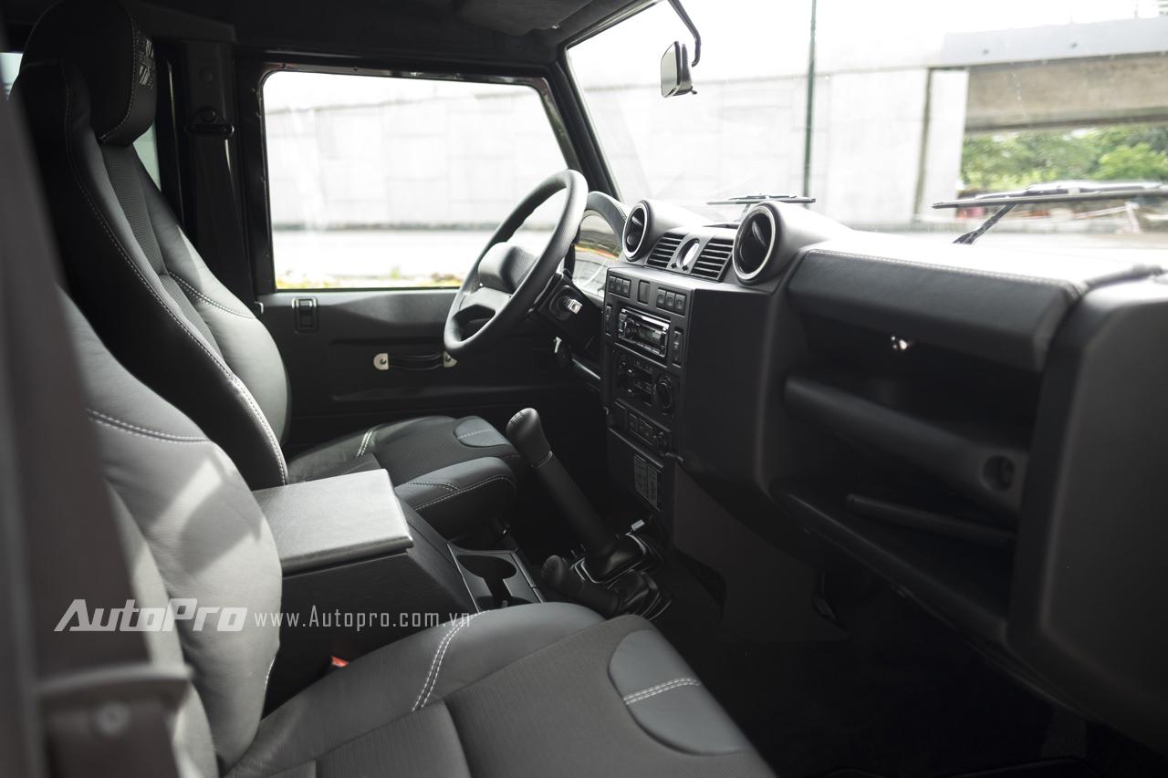 Nội thất bên trong Land Rover Defender 1948-2015 X-Spec Edition đơn giản đến mức tối giản khi không có những trang thiết bị điện tử hỗ trợ. Ghế hoàn toàn chỉnh cơ cùng bóng khí bơm tay và điều hoà chỉnh cơ một vùng. Với phiên bản số sàn, xe còn có cả cần số, chân côn và cần chuyển cầu trước/sau kèm khoá vi sai cơ.