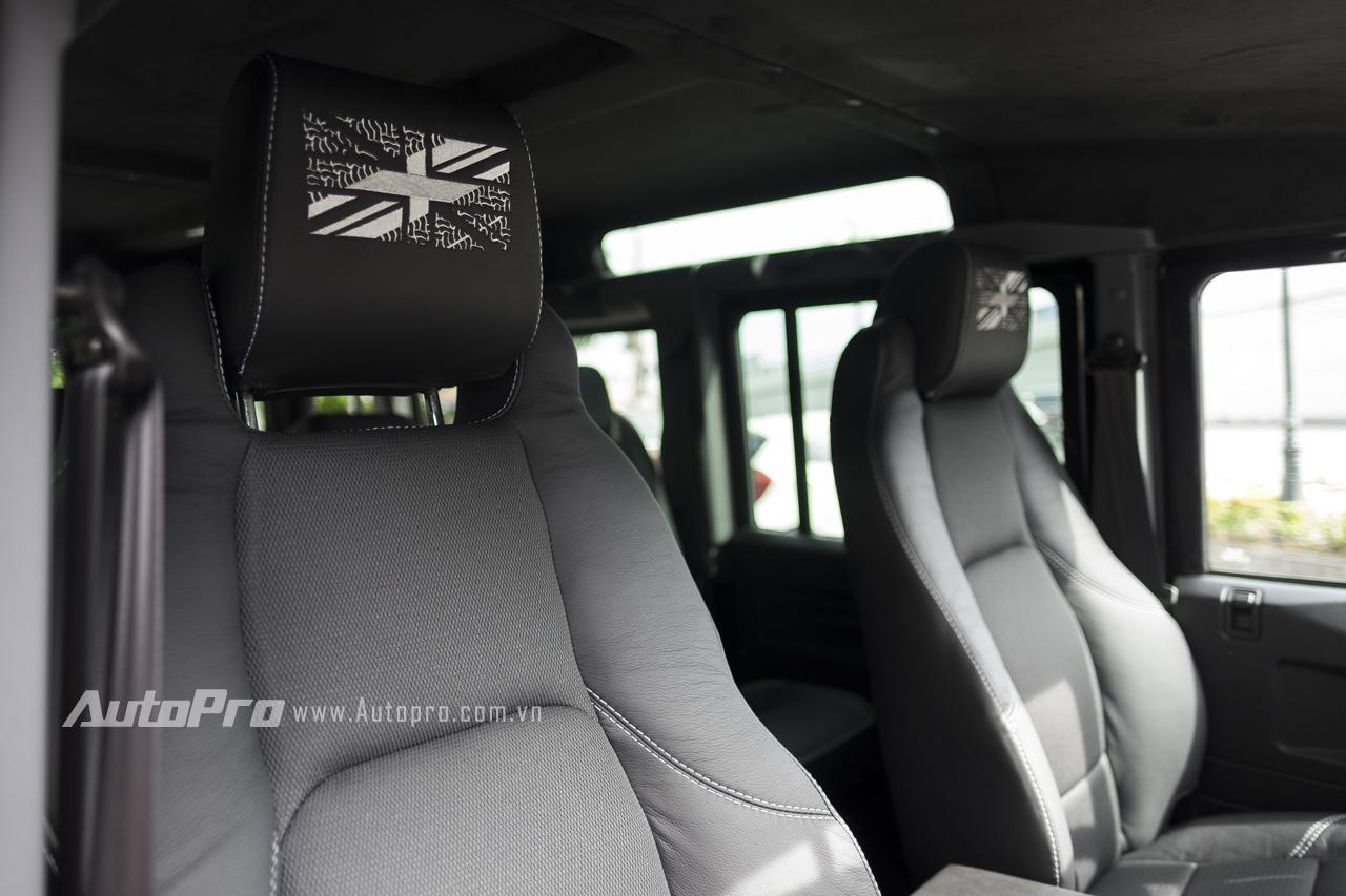 Trên gối tựa đầu có thêu cờ Anh như nhắc nhở về nguồn gốc của Land Rover Defender 1948-2015 X-Spec Edition.