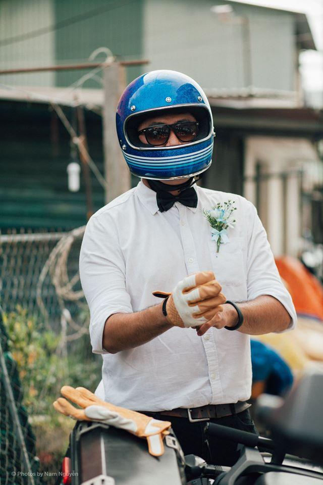 Những biker thường ngày với phong cách bụi phủi, nay hóa thân thành các quý ông lịch lãm với áo trắng, nơ đen, cài hoa cưới. Họ ăn vận lịch thiệp và cùng nhau chúc phúc cho người bạn cùng đam mê.