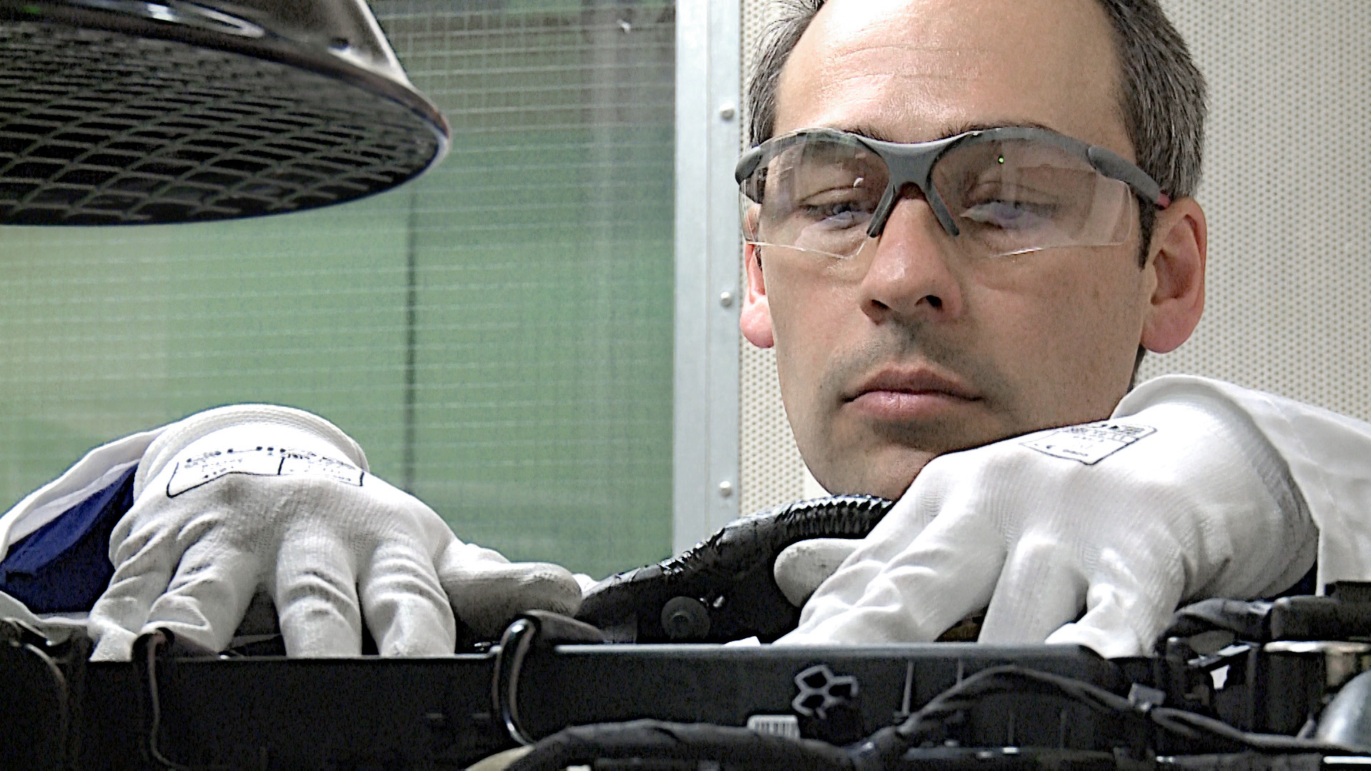 Chuyên gia của Ford sử dụng thính giác để kiểm tra âm thanh phát ra từ động cơ.