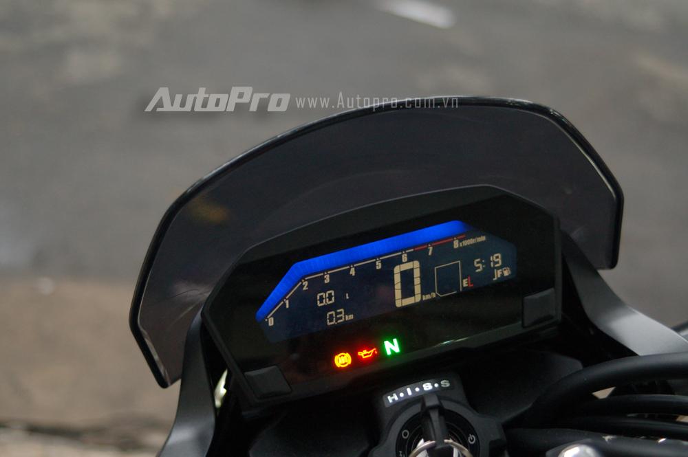 Honda NC750S 2016 được trang bị màn hình LCD với điểm nhấn là có thể thay đổi theo 9 màu sắc khác nhau. Các thông số hiển thị trong màn hình bao gồm quãng đường đi, tốc độ xe, mức tiêu hao nhiên liệu, giờ và hiện thị các chế độ lái theo xe.