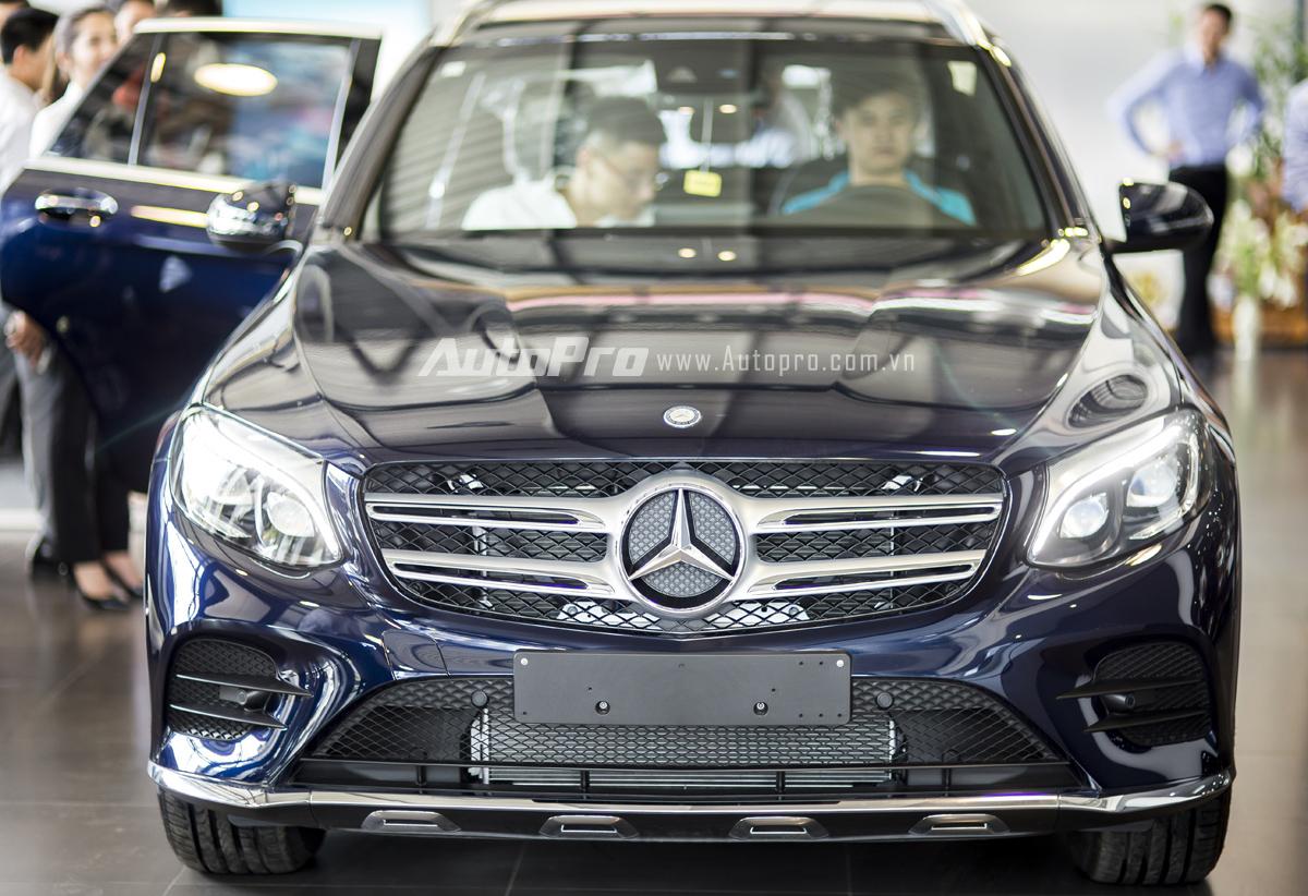 Với thiết kế mang nhiều hơi hướng của dòng C-Class, Mercedes-Benz GLC 300 có thiết kế mềm mại hơn người tiền nhiệm GLK nhưng vẫn nổi bật với mặt lưới tản nhiệt cùng hai thanh ngang mạ crôm cỡ lớn.