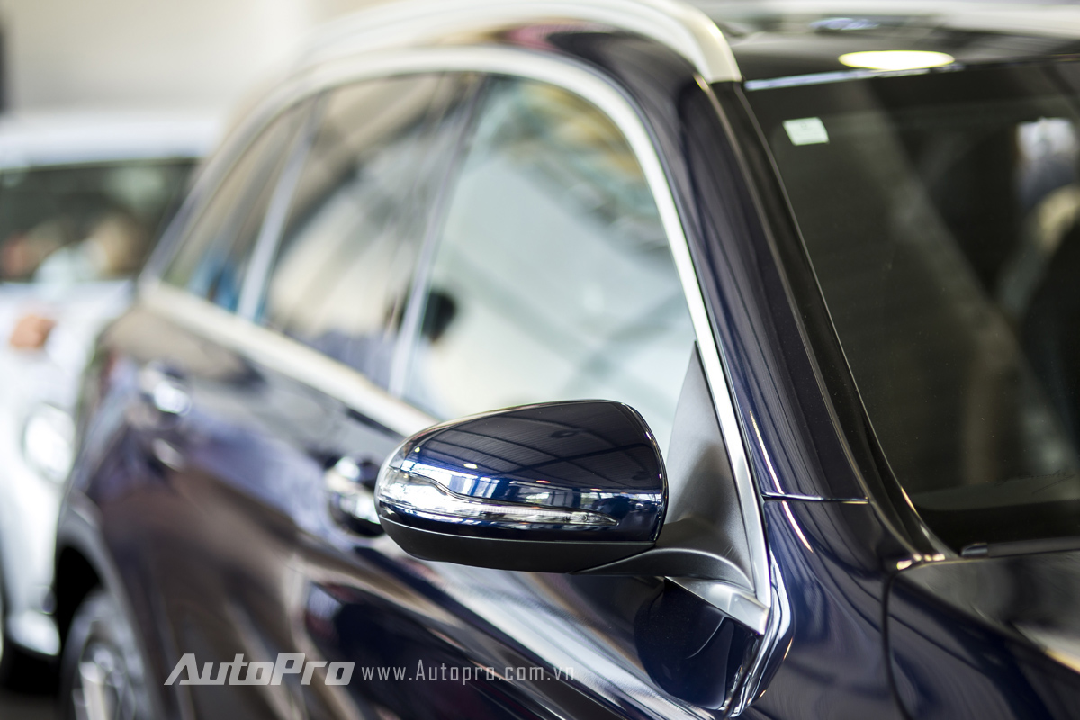 Gương chiếu hậu cơ lớn tích hợp xi-nhan dạng LED của Mercedes-Benz GLC 300.