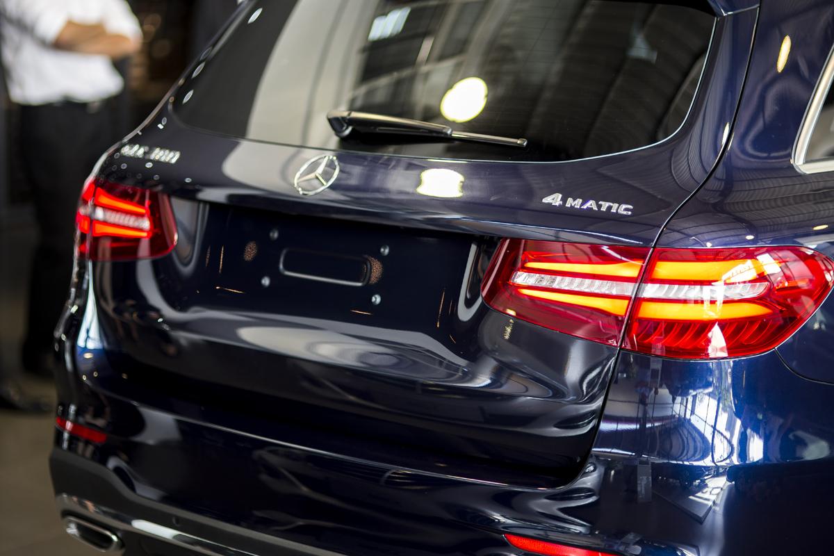 Cặp đèn hậu dạng LED cỡ lớn ôm trọn từ phía sau ra hai bên hông xe.