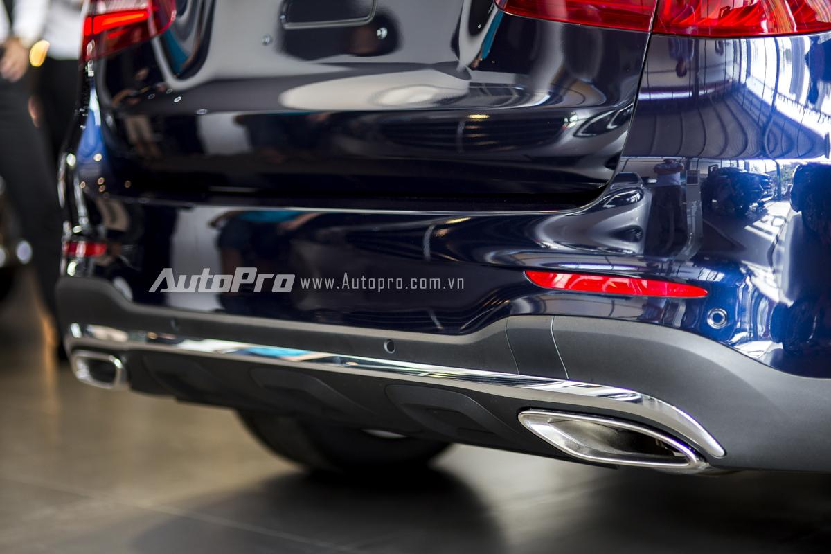Ống xả kép dạng dẹt được mạ crôm khiến Mercedes-Benz GLC 300 mang dáng vẻ thể thao hơn.