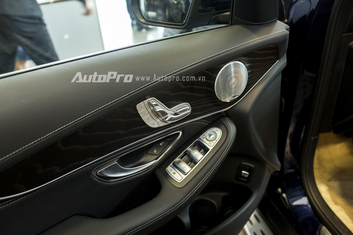 Xe được trang bị ghế lái điều khiển điện cùng khả năng nhớ 3 vị trí.