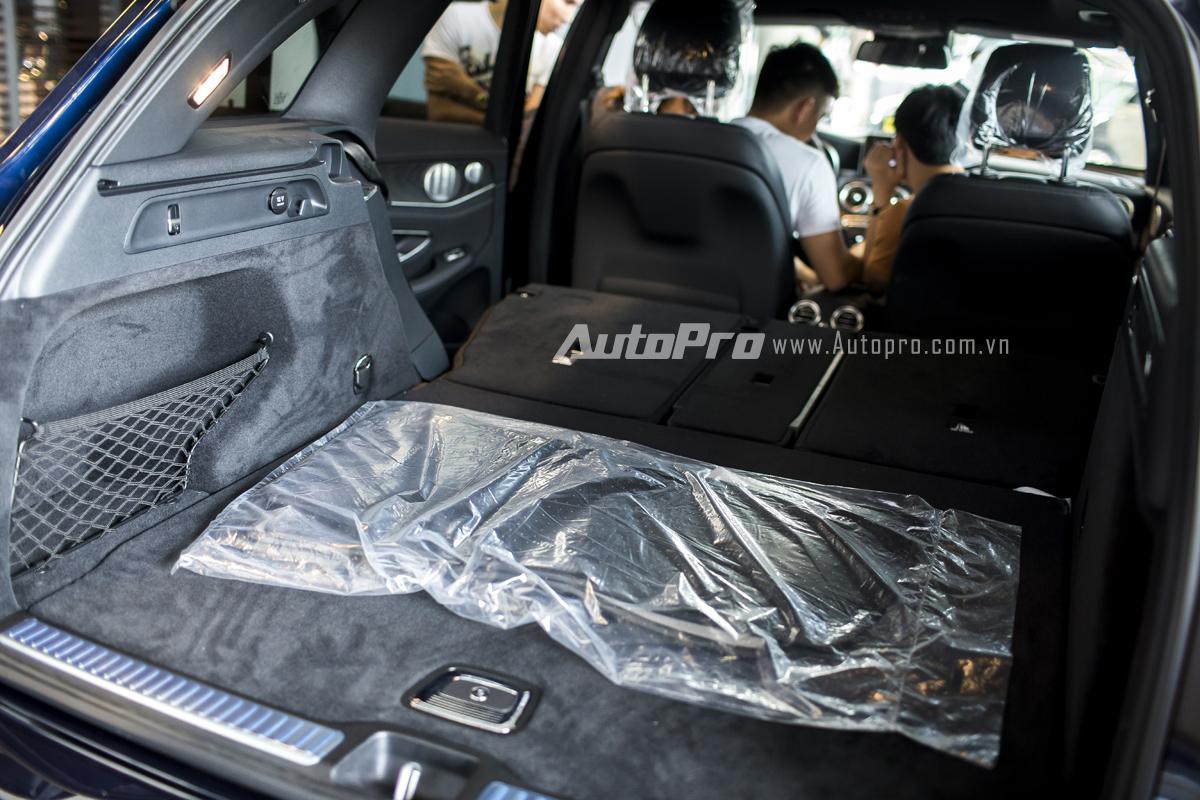 Hàng ghế thứ 2 của Mercedes-Benz GLC 300 có thể ngả xuống hết với chỉ 1 nút bấm giúp tăng thể tích khoang hành lý.