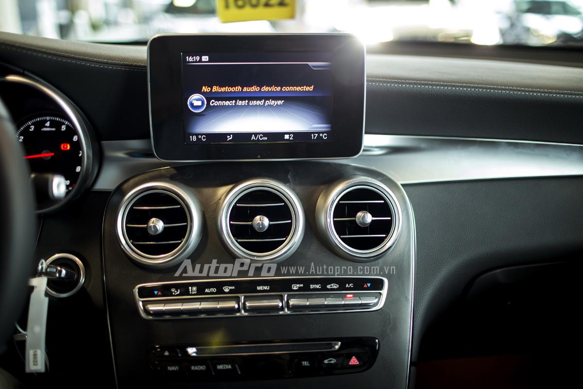 Màn hình trung tâm đặc trưng của Mercedes-Benz cùng hệ thống điều khiển điều hoà.
