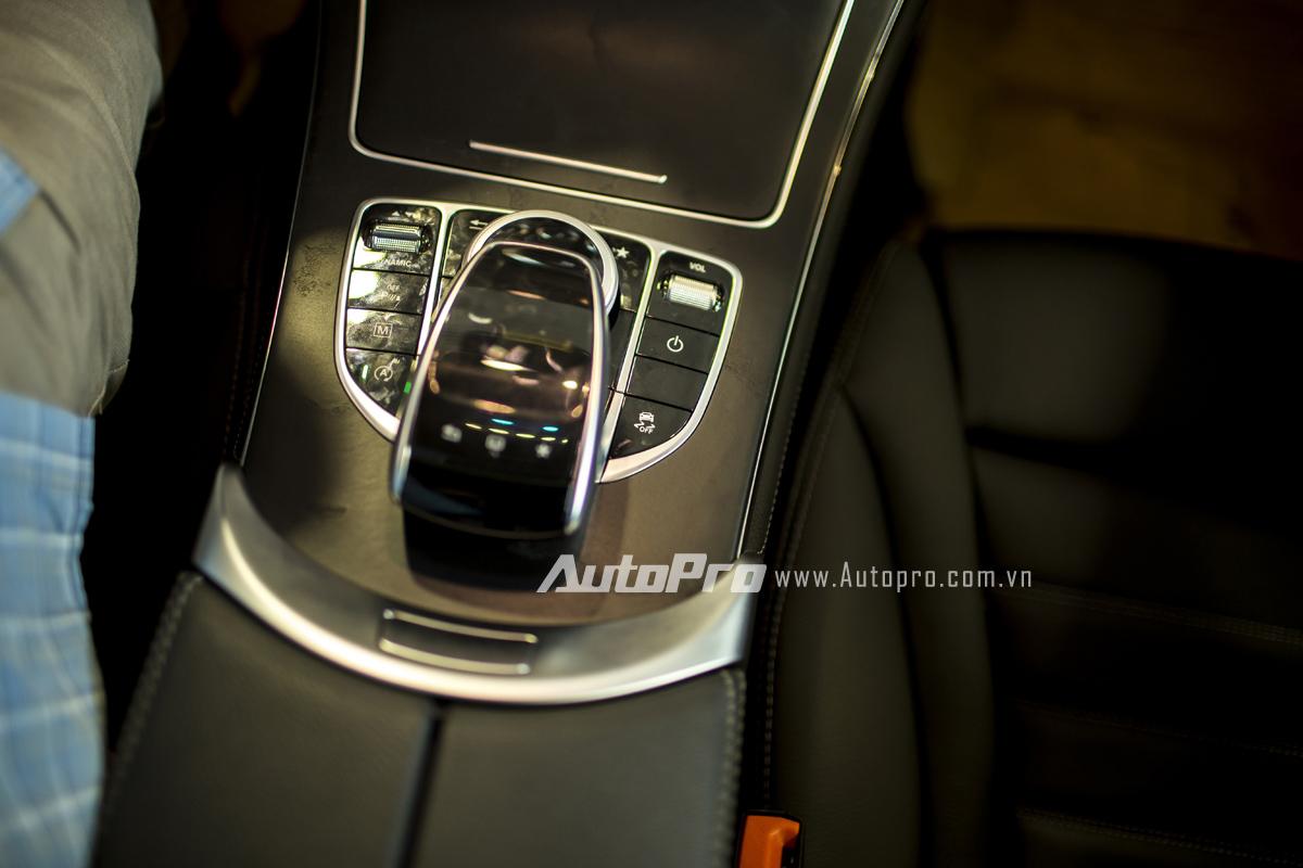 Bảng điều khiển trung tâm của Mercedes-Benz GLC 300 với mặt cảm ứng phía trên cùng núm xoay 5 chiều phía dưới.