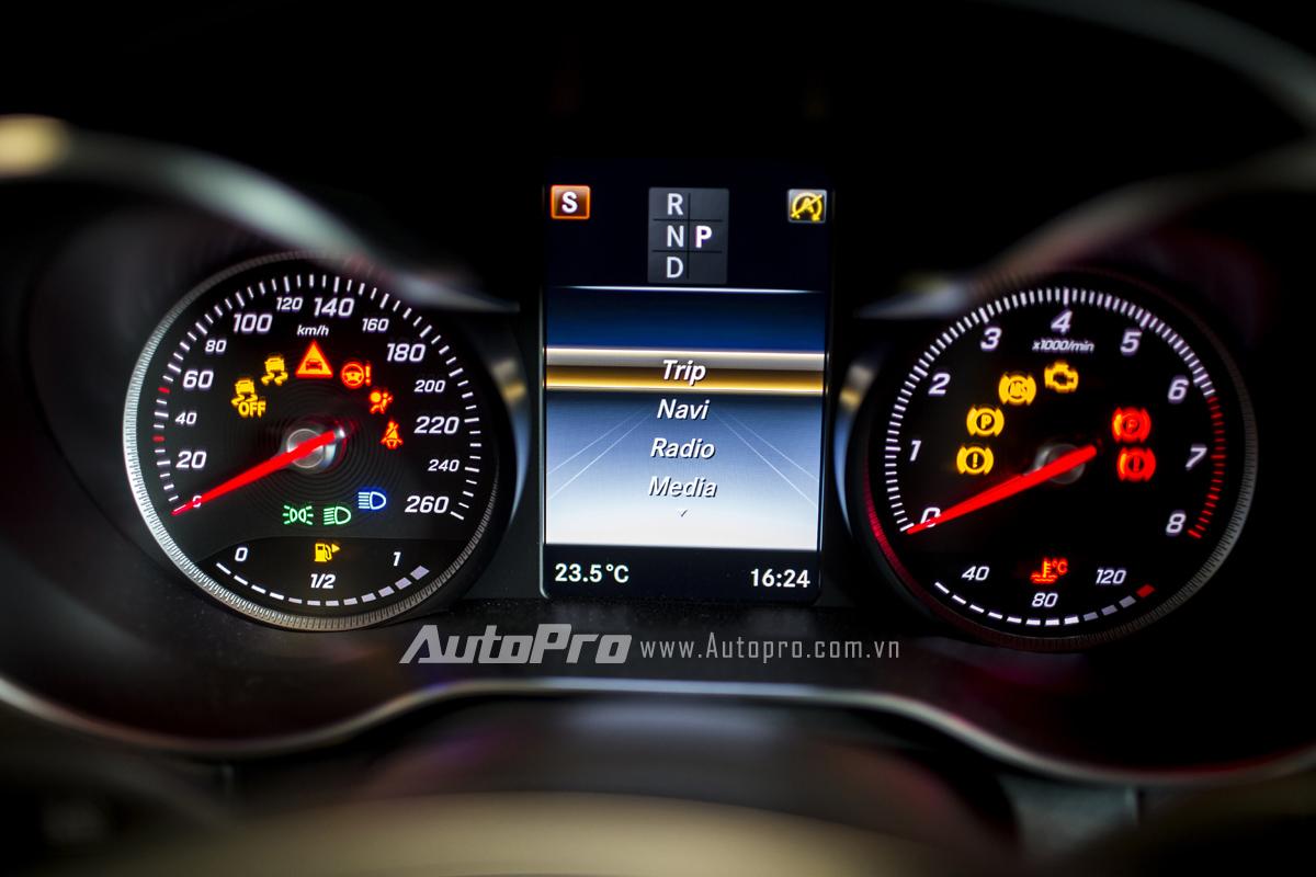 Màn hình hiển thị phía sau vô-lăng của Mercedes-Benz GLC 300.