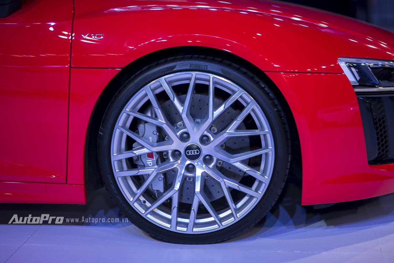 Audi R8 V10 Plus được trang bị vành la-zăng hợp kim 10 chấu kép dạng chữ Y có kích thước 20 và cụm phanh .gốm