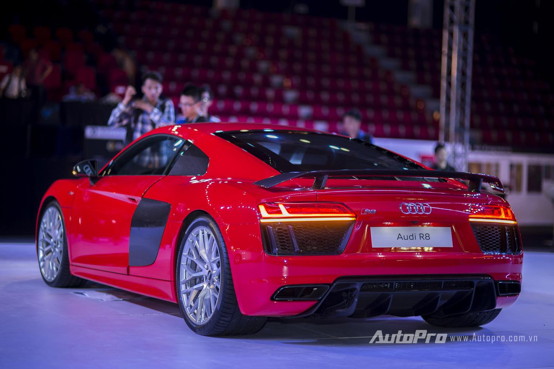 Nhìn từ phía sau, đuôi xe Audi R8 V10 Plus không kém phần bề thế với hốc gió cỡ lớn, cản va kiểu mới cùng đèn hậu dạng LED.