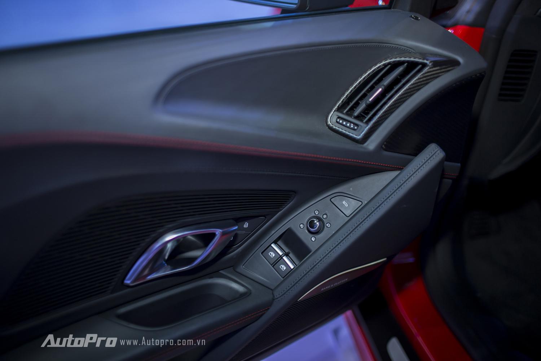 Bên cửa ghế lái cũng có các nút bấm đơn giản để điều chỉnh kính điện và gương điện.