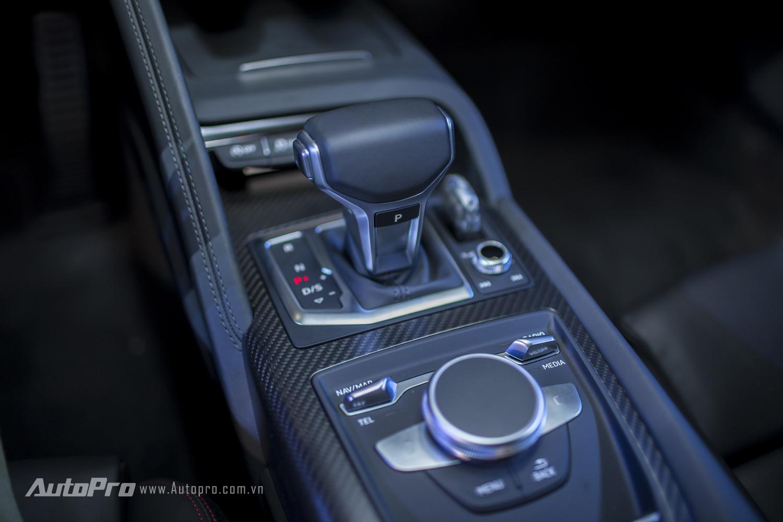 Xe được trang bị hộp số 7 cấp S-tronic, kết hợp cùng khối động cơ 610 mã lực cho phép Audi R8 V10 Plus có thể tăng tốc từ 0-100km/h chỉ trong 3,2 giây trước khi đạt vận tốc tối đa 320km/h.