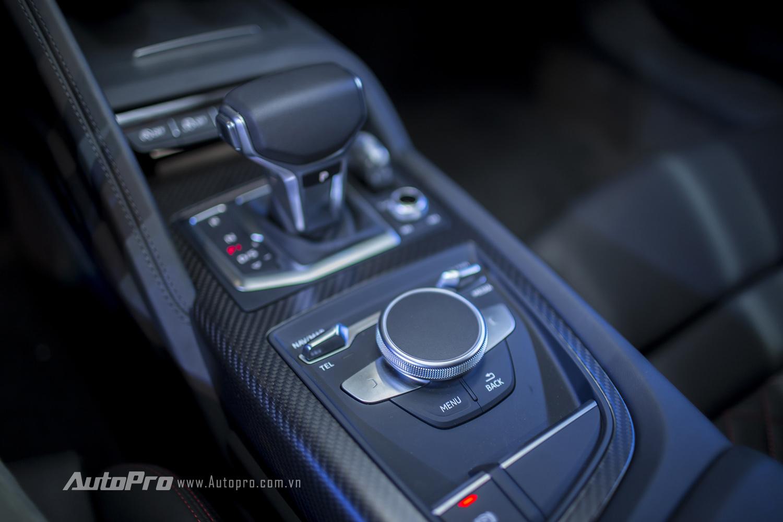 Ngoài ra, Audi R8 V10 Plus cũng được trang bị núm xoay điều khiển tương tự như những mẫu sedan khác của Audi.