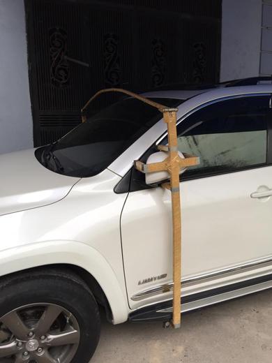 Việc chế tạo thêm khung thép bảo vệ gương xe cũng khiến nhiều người phải bật cười vì sự cẩn thận của chủ xe.