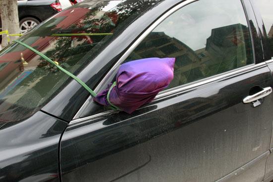 Sử dụng túi vải bọc và buộc dây là một cách đơn giản nhất mà các lái xe có thể làm để bảo vệ chiếc gương chiếu hậu của mình. Làm như vậy, kẻ trộm có thể cảm thấy nản, không muốn vặt gương nữa. Ngoài ra, cách làm này cũng khiến kẻ trộm mất thời gian hơn khi vặt gương.