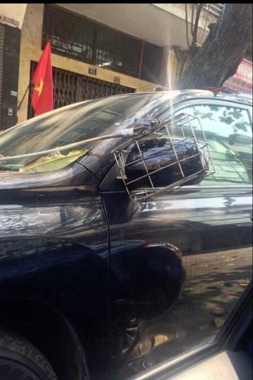 Cẩn thận hơn là một số lái xe còn sử dụng lồng sắt cùng dây cáp để bảo vệ gương.