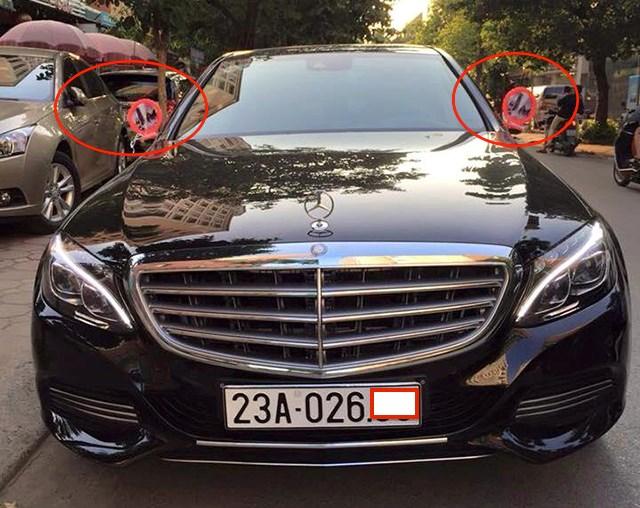 Chiếc Mercedes-Benz đắt tiền khá khôi hài với 2 chiếc gương nhựa để chống cháy vì mất gương.