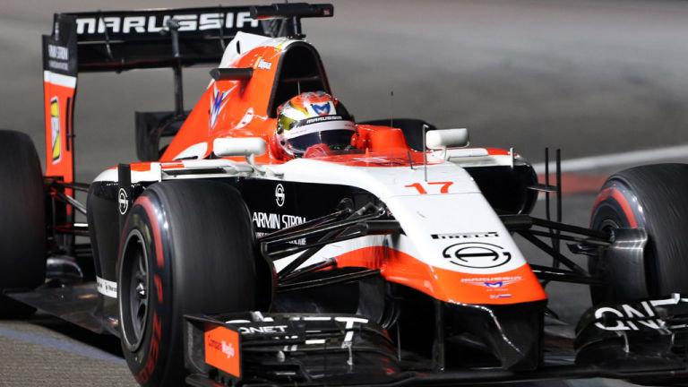 Jules Bianchi cùng chiếc xe của anh khi anh chạy cho đội đua Marussia vào năm 2014.