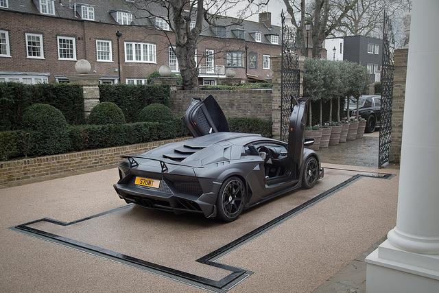 Chiếc siêu xe Lamborghini Aventador SV J.S. 1 Edition được chế tạo với cảm hứng từ người anh em Veneno. Xe đi kèm những chi tiết bằng sợi carbon chế tạo riêng như đầu xe mới và cánh lướt gió trước.