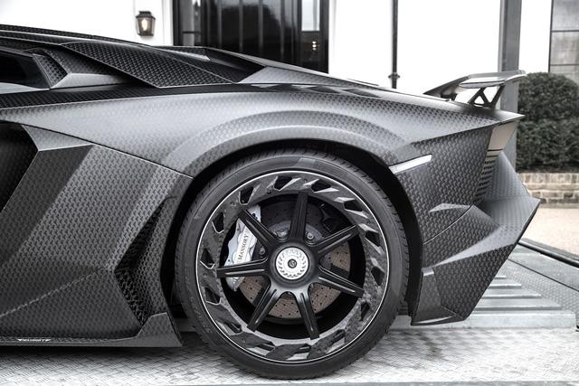 Trái tim của Lamborghini Aventador SV J.S. 1 Edition vẫn là khối động cơ V12, dung tích 6,5 lít. Tuy nhiên, hãng Mansory đã tối ưu hóa bộ điều khiển động cơ ECU, bổ sung lọc gió hiệu suất cao và hệ thống xả thể thao mới. Những thay đổi này giúp siêu xe độ của con rể ông trùm F1 sở hữu công suất tối đa 818 mã lực, tăng 68 mã lực và mô-men xoắn cực đại đạt 722 Nm.