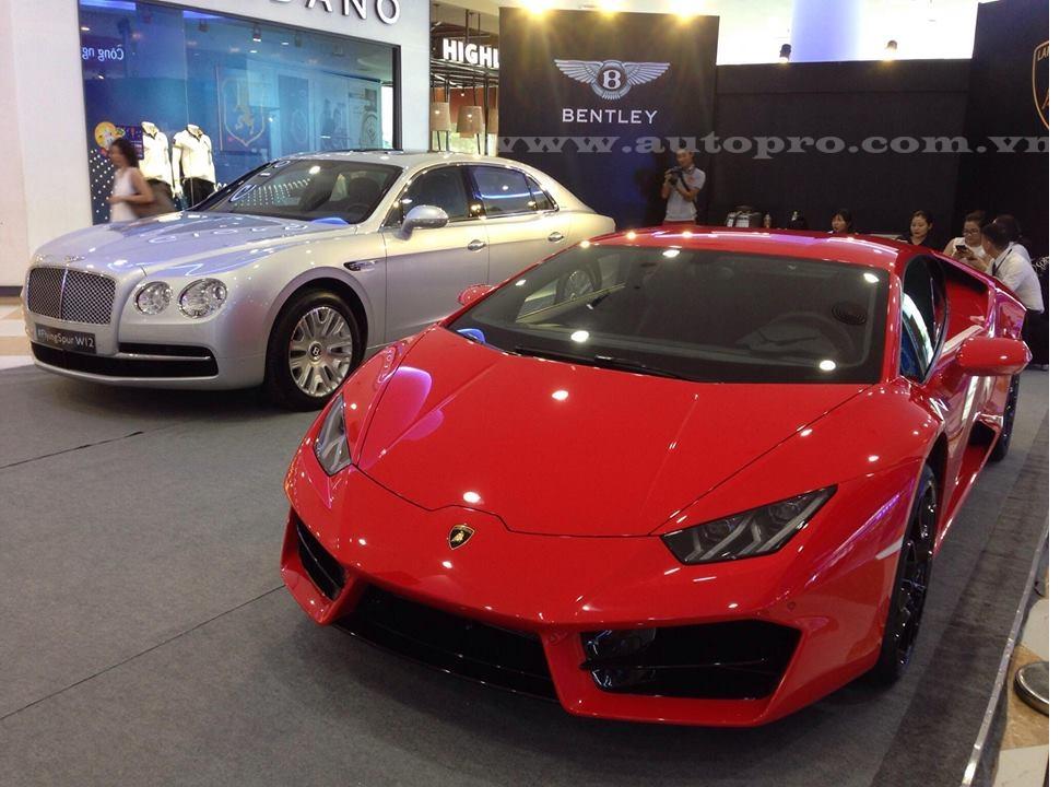Trưng bày cùng chiếc Lamborghini Huracan cầu sau còn có chiếc xe siêu sang Bentley Flying Spur W12 cũng thuộc diện phân phối chính hãng với mức giá 13 tỷ Đồng trước ngày 1/7.