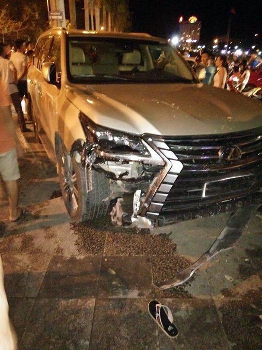 Lexus LX570 2016 đâm vào quán nước tại Thanh Hóa.