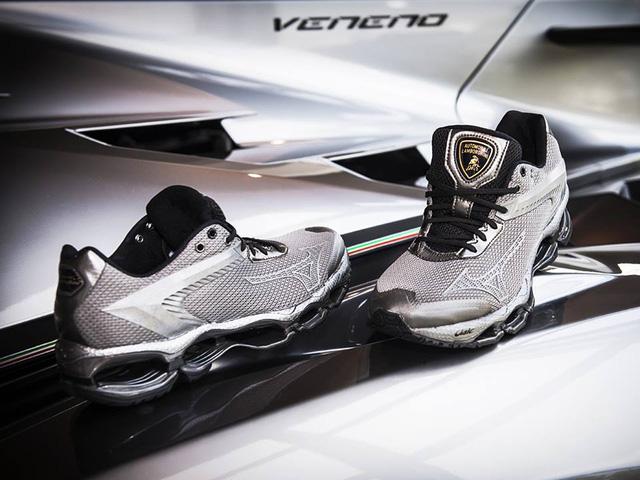 Những chiếc giày Mizuno Wave Tenjin được đóng mác của Lamborghini.