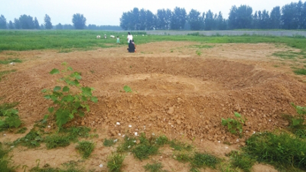 Khu vực tiến hành lễ khởi công chỉ còn là một hố đất lớn.