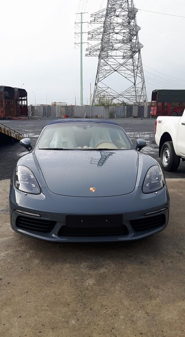 Porsche 718 Boxster bị bắt gặp khi đang chuẩn bị được vận chuyển ra Hà Nội.