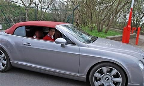 Sau vô-lăng Bentley Continental GTC.