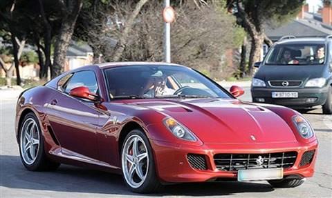 Sau vô-lăng siêu xe Ferrari 599 GTB Fiorano, tuy nhiên vào năm 2009 siêu xe này bị hư hỏng nặng sau vụ tai nạn xảy ra trong một đường hầm.