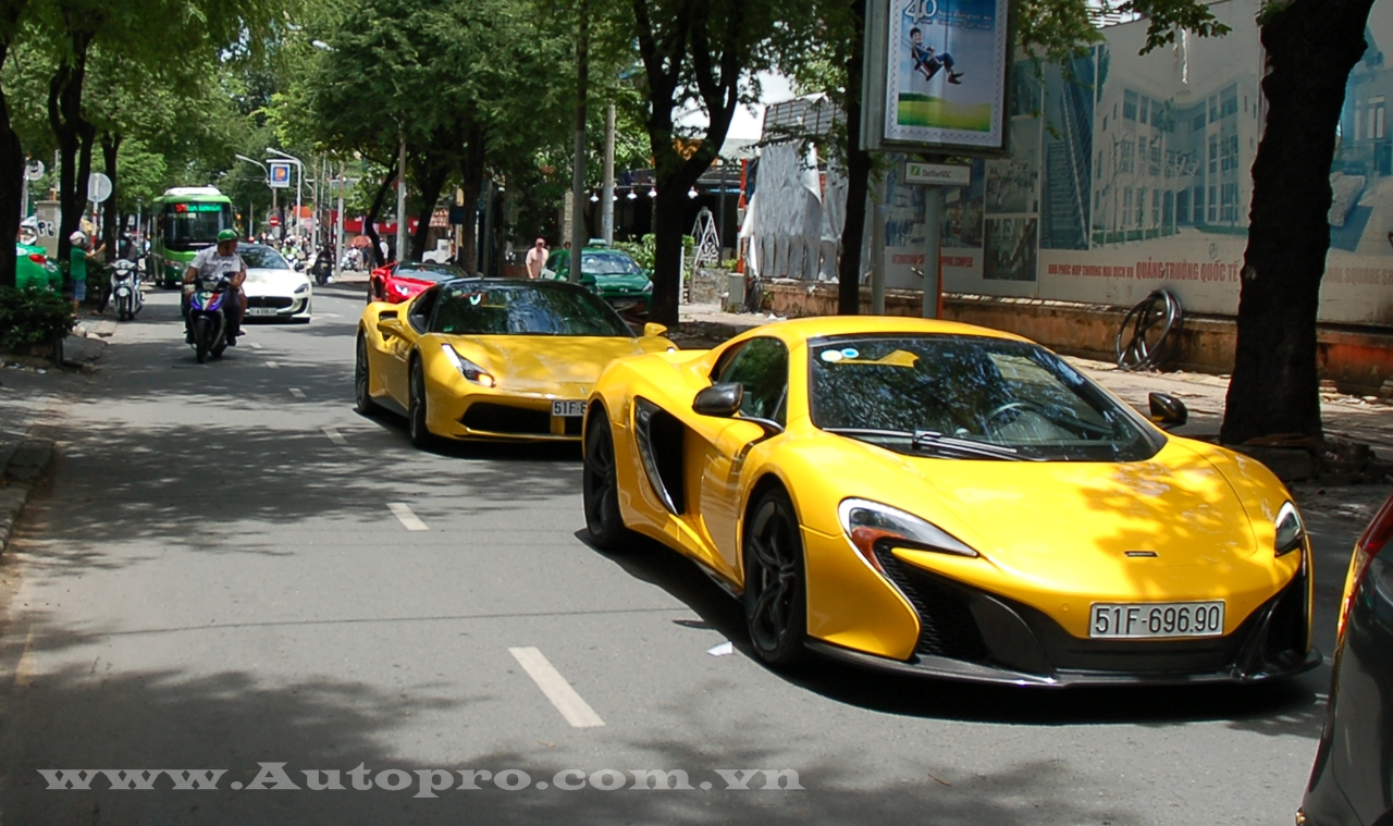 Ngoài chiếc Aventador mui trần hàng lạ, giới săn xe tại Sài thành còn có dịp chiêm ngưỡng cặp đôi siêu xe vàng rực của anh em nhà Phan Thành. Trong đó, tay chơi 8X cầm lái chiếc McLaren 650S Spider.