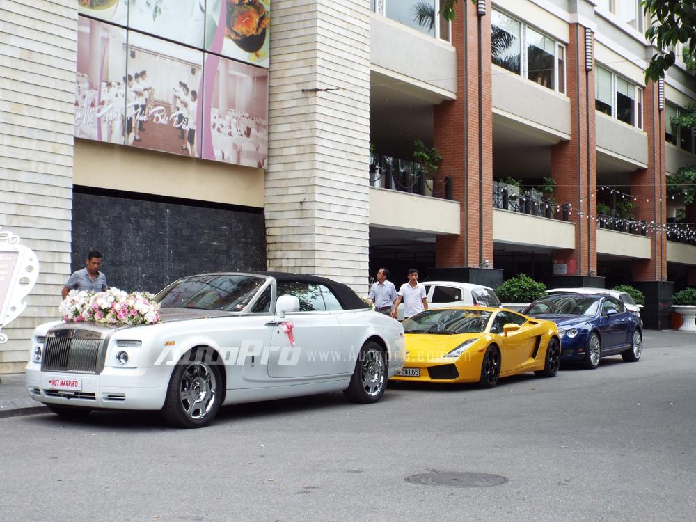 Dẫn đầu đoàn xe rước dâu là chiếc xe siêu sang Rolls-Royce Phantom Drophead Coupe được trang trí hoa cưới bắt bắt ở nắp capô và đuôi xe. Phantom Drophead Coupe được xem như chiếc xe 2 cửa mui trần của Phantom. Ngoài việc sở hữu thêm một mui vải xếp, toàn bộ nội thất quý tộc trên chiếc sedan đều được giữ lại.