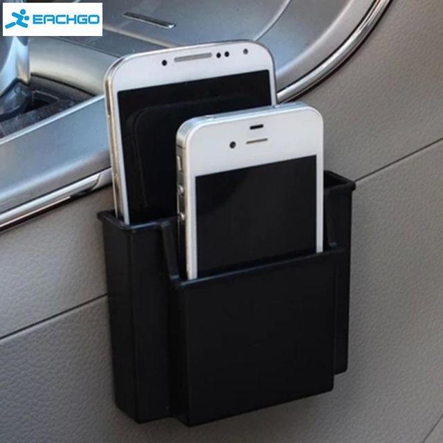 Các vật dụng nhỏ như điện thoại cũng nên được cất giữ một cách ngăn nắp nhờ những giá treo như thế này. Điều đó vừa giúp bạn dễ tìm thấy điện thoại trên xe, không làm xước màn hình, tránh va đập vừa làm không gian nội thất gọn hơn.