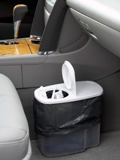 Đi picnic, đường dài, việc ăn uống trên xe là điều thường diễn ra. Hoặc đơn giản, bạn đôi khi sử dụng giấy ăn, vứt biên lai vào những góc khuất trên xe. Thay vì làm vậy, hãy trang bị một thùng rác nhỏ xinh ngay trong nội thất.