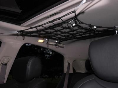 Với những ai còn cần nhiều hơn nơi cất giữ đồ thì trần xe có thể là nơi lý tưởng tiếp theo nhờ chiếc lưới như thế này.