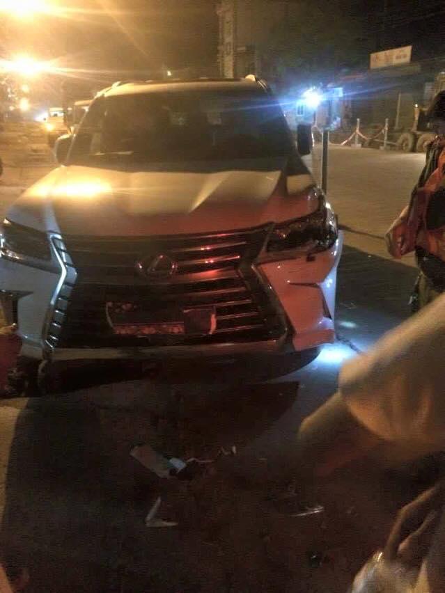 Lexus LX570 2016 va chạm với xe chở đất.