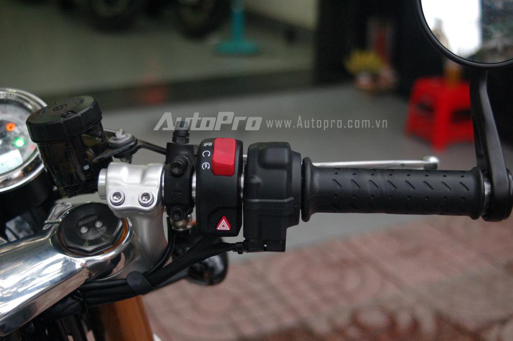 Triumph Thruxton 1200R có ba chế độ chạy bao gồm Normal, Sport và Rain, ngoài ra, xe còn được tích hợp các công nghệ an toàn như kiểm soát lực kéo, hệ thống kiểm soát bướm ga Ride by Wire.