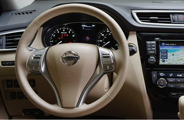 Vô-lăng ba chấu đặc trưng của Nissan với các nút điều khiển khá thuận tiện.